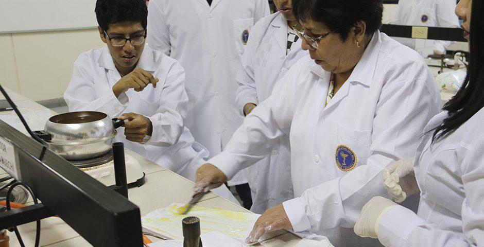 estudiantes-de-farmacia-y-bioquimica-elaboran-cremas-magistrales