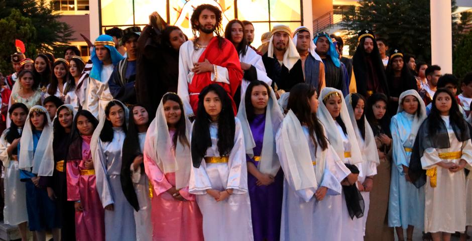 jovenes-representaron-el-sacrifico-de-jesus-durante-via-crucis-en-la-ucsm
