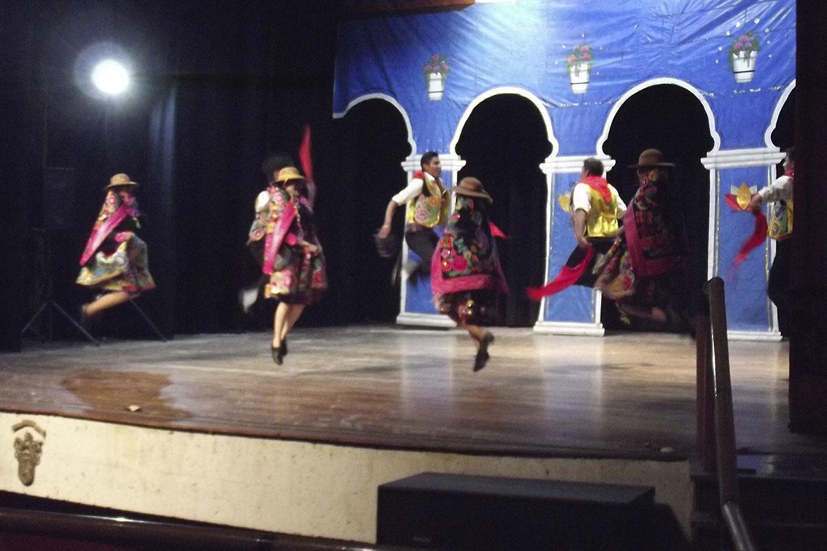felicitan-a-ballet-folclorico-de-la-catolica_0002_dscf9329