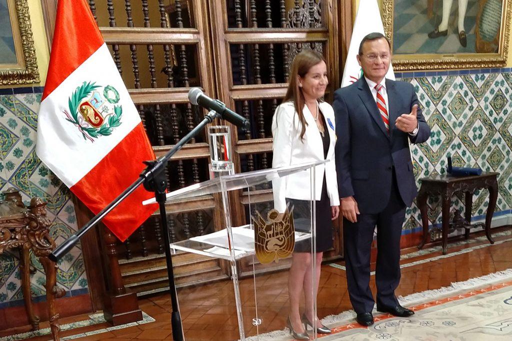 santamariana-recibe-condecoracion-de-la-orden-al-merito-del-servicio-diplomatico-del-peru-jose-gregorio-paz-soldan