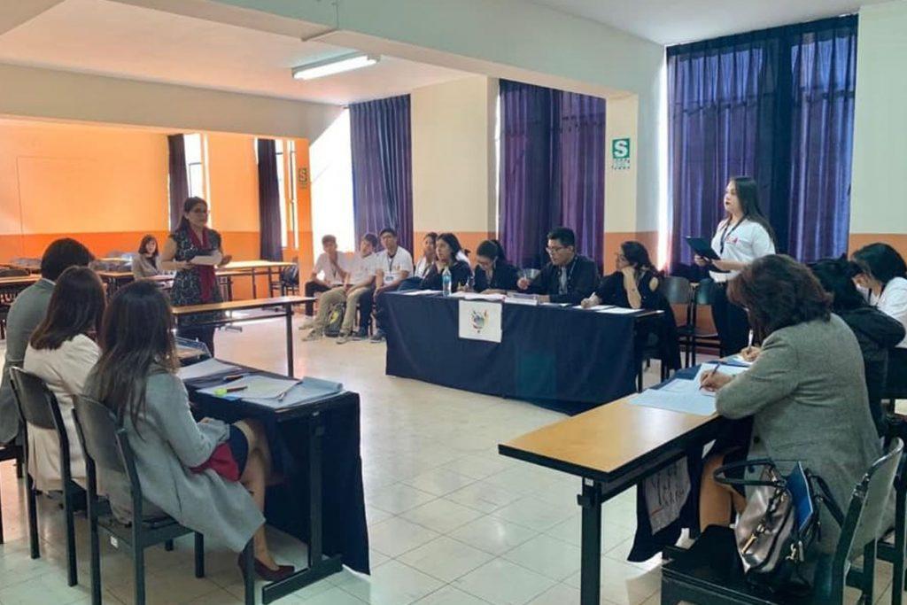santamarianos-logran-primer-y-segundo-puesto-en-el-debate-defensorial-universitario_0002_capa-1