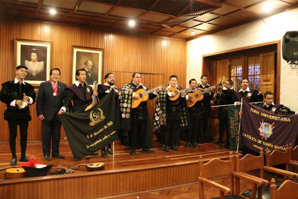 tuna-de-la-ucsm-50-anos-repartiendo-alegria-y-musica-al-pueblo-arequipeno_0001_capa-1