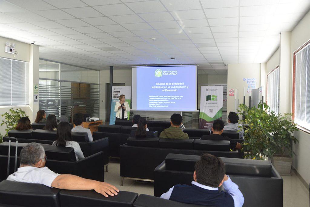 expositora-costarricense-diserto-en-la-ucsm-sobre-gestion-de-la-propiedad-intelectual_0000_dsc_0132