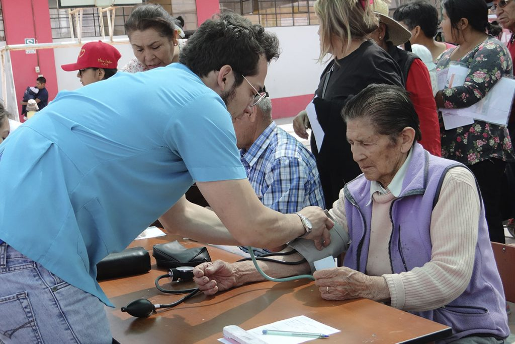 responsabilidad-social-de-la-catolica-realizo-campana-de-salud-integral-en-characato_0003_characato-1