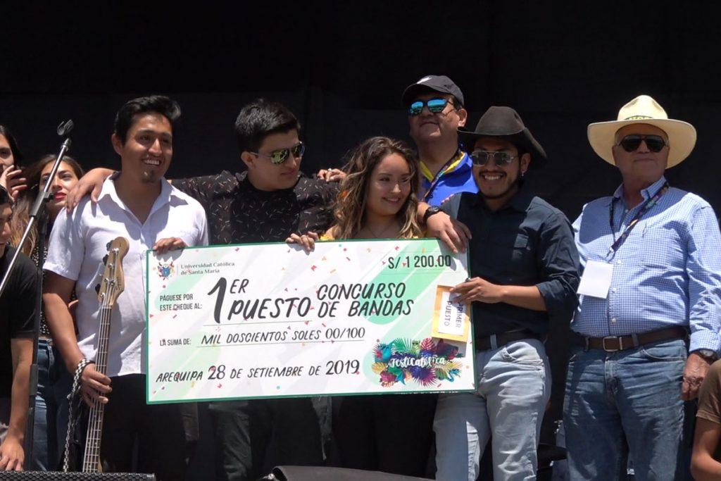 bareto-hizo-vibrar-a-ritmo-de-cumbia-peruana-a-santamarianos-en-festicatolica-2019_0001_capa-5