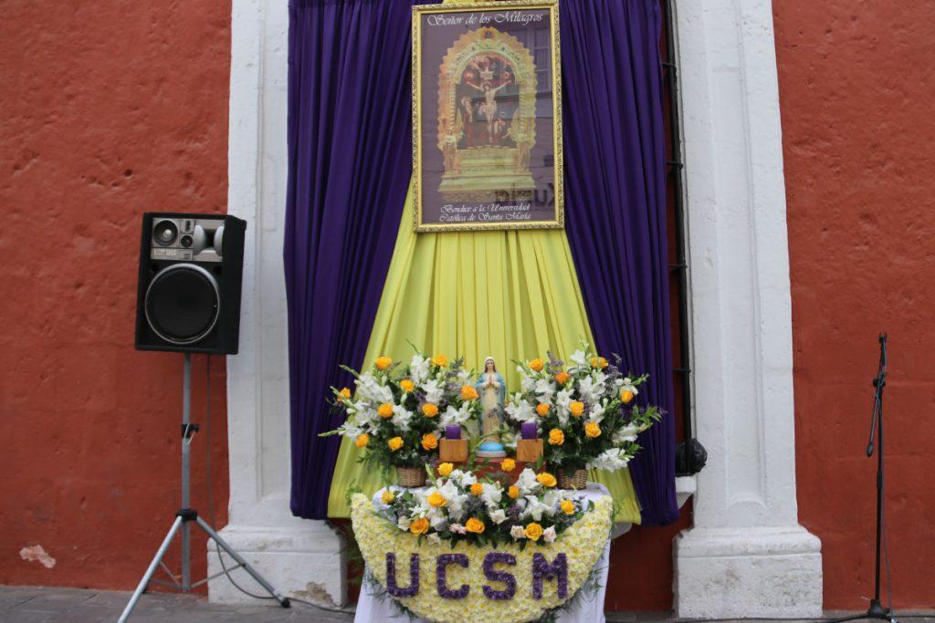 comunidad-santamariana-recibe-bendicion-del-senor-de-los-milagros_0000_capa-2