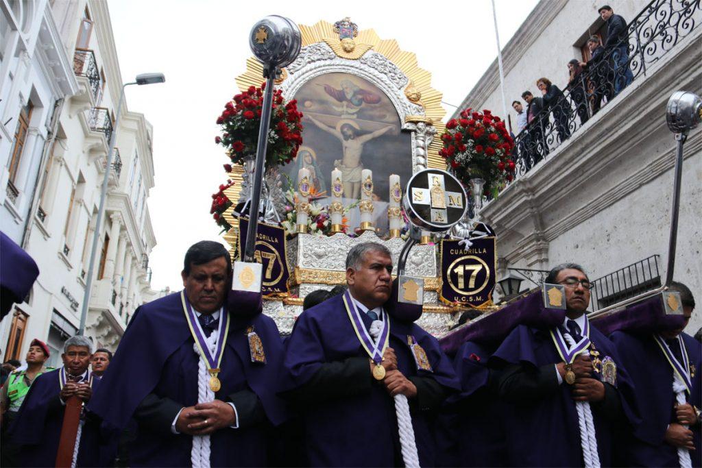 comunidad-santamariana-recibe-bendicion-del-senor-de-los-milagros_0001_capa-1