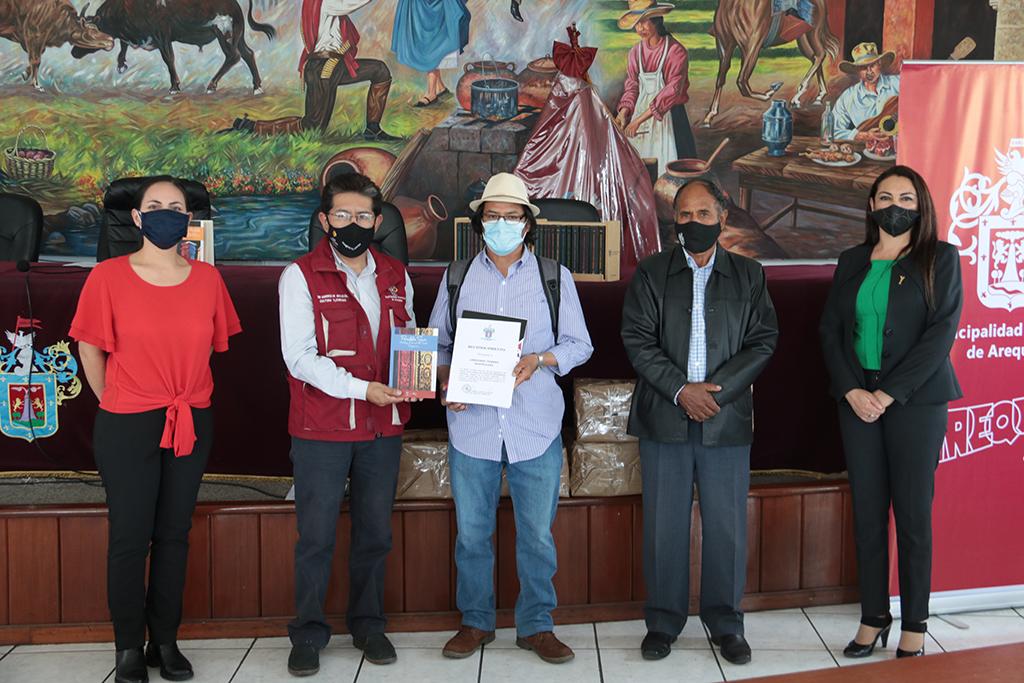 ucsm-entrego-colecciones-del-texao-a-los-cinco-ganadores-del-concurso-el-regreso-de-la-municipalidad-provincial-de-arequipa-1